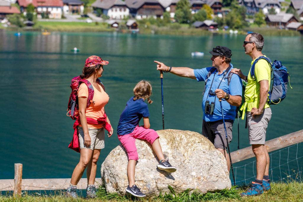 Erleben Sie die ideale Kombination eines Berg-See-Urlaubes im Naturpark Weissensee in Kärnten. Erkunden Sie auf Ihrem Wanderurlaub in Kärnten die Bergwelt rund um den Weissensee auf 200 km markierten Wanderwegen, die direkt von den Ortschaften von 930 m bis auf 2300 m Seehöhe führen. Vom ebenen Spazierweg rund um den See bis zum felsigen Berggipfel, vom dichtgrünen Wald bis zur weichfedernen Alm - im Naturpark Weissensee ist Abwechslung für Ihren Wanderurlaub in Kärnten garantiert.